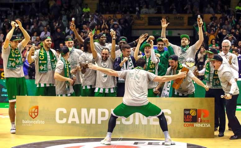Los jugadores del Real Betis Energía Plus, tras ganar al Retabet Bilbao Basket la Final de la Copa Princesa de baloncesto que estos dos equipos han jugado en el Palacio Municipal de Deportes San Pablo de Sevilla. EFE
