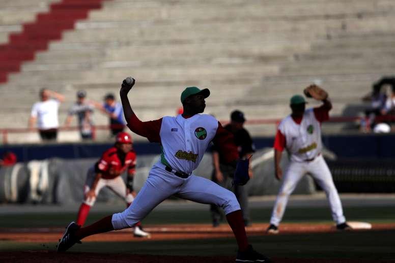 Raidel Martínez de los Leñadores de las Tunas de Cuba en acción ante los Cardenales de Lara de Venezuela durante un partido de la Serie del Caribe que se juega este sábado en el Estadio Nacional Rod Carew de Ciudad de Panamá (Panamá). EFE