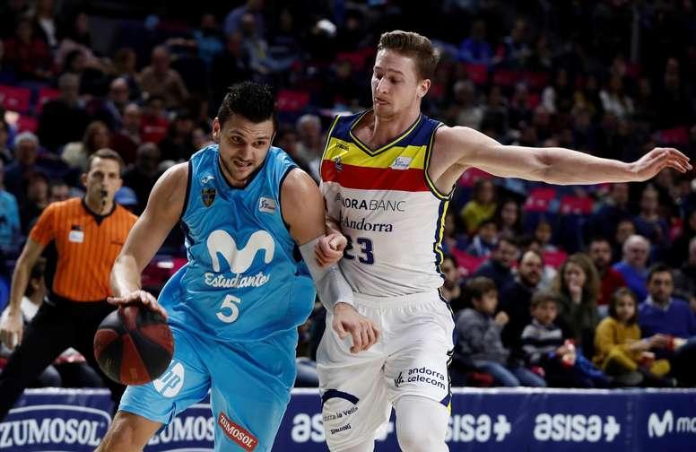 El escolta italiano del Estudiantes Alessandro Gentile (i), con el balón ante el alero estadounidense del Andorra David Walker, durante el partido de la vigésima jornada de liga ACB disputado hoy en WiZink Center de Madrid. EFE