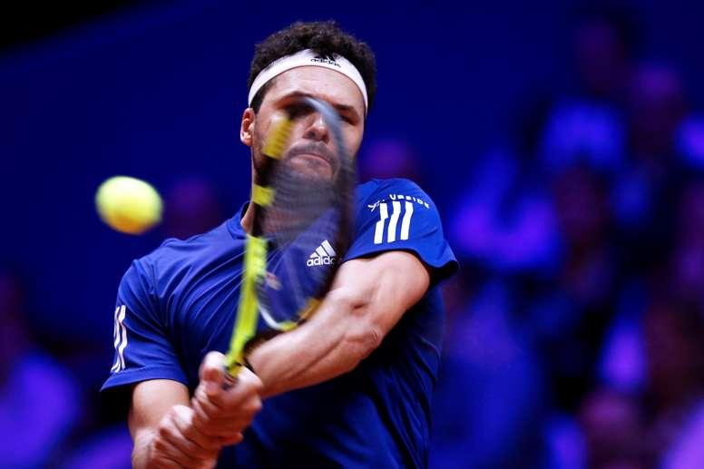 El tenista francés Jo-Wilfried Tsonga devuelve la bola. EFE/Archivo