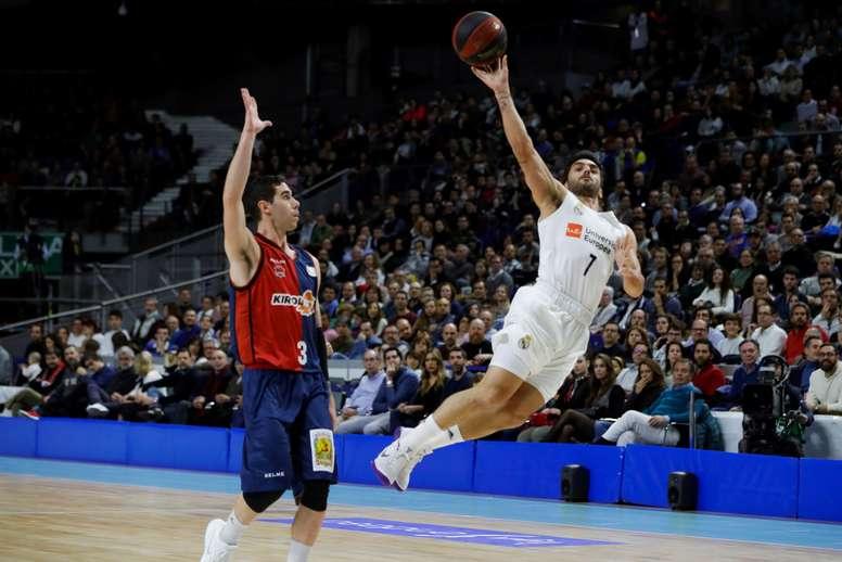 El base argentino del Real Madrid Facundo Campazzo (d) lanza a canasta junto a su compatriota Luca Vildoza, del Baskonia, durante el partido de la jornada 20ª de Liga ACB que se jugó en el Wizink Center de Madrid. EFE