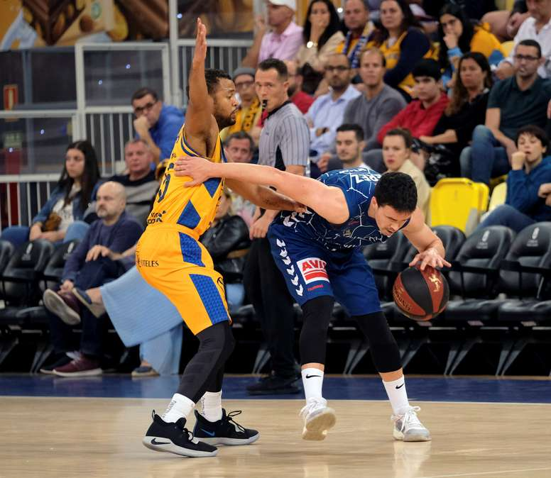 Clevin Hanna (i), del Herbalife Gran Canaria, lucha con Dani Pérez, del Delteco GCB, durante el partido de la jornada número 20 de la Liga Endesa que ambos equipos jugaron en el Gran Canaria Arena. EFE