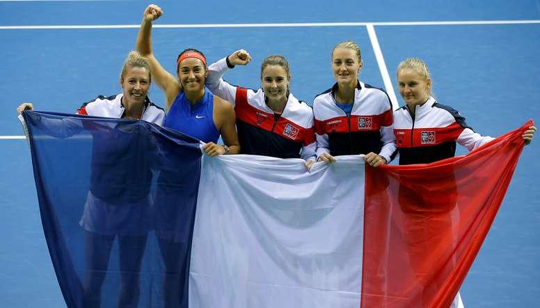 (I-D) Las jugadoras francesas Pauline Parmentier, Caroline Garcia, Alize Cornet, Kristina Mladenovic y Fiona Ferro celebran su victoria en la Copa Federación de teni en Lieja, Bélgica. EFE/EPA