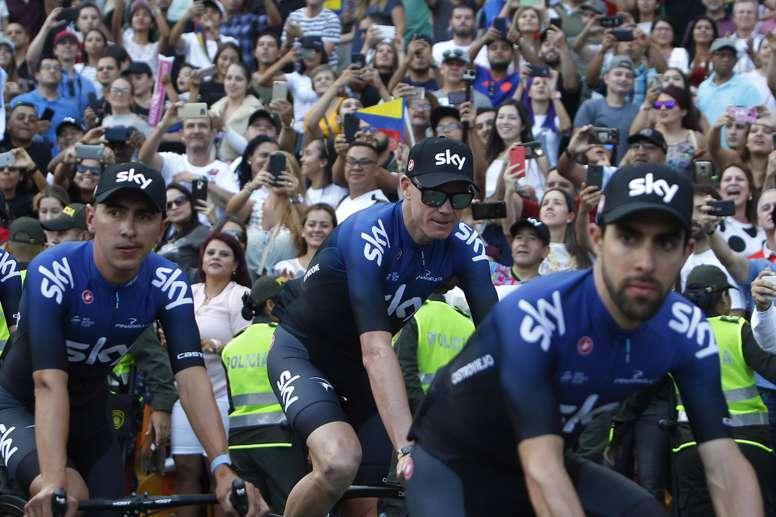 El ciclista británico Chris Froome (c) del Team Sky asiste este domingo en Medellín (Colombia) durante la presentación de los equipos que participaran en el Tour Colombia 2.1 que se realizará a partir del 12 de febrero. EFE