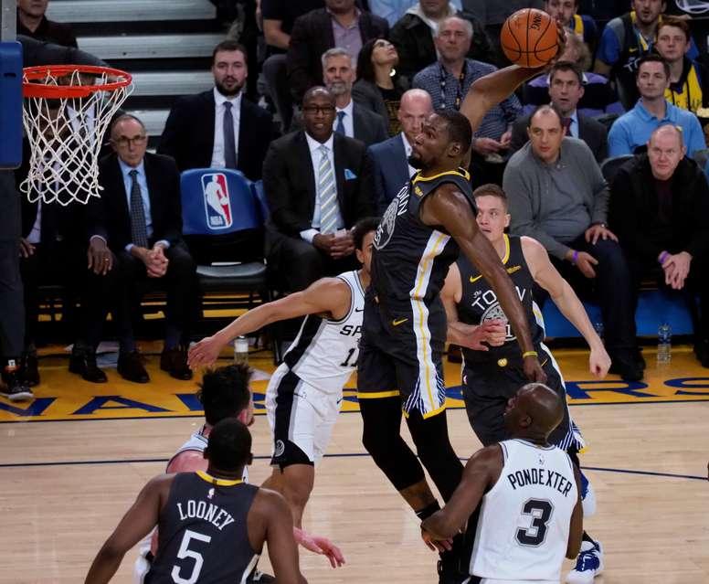 El alero de los Warriors de Golden State Kevin Durant encesta durante un partido de la NBA en la última semana. EFE