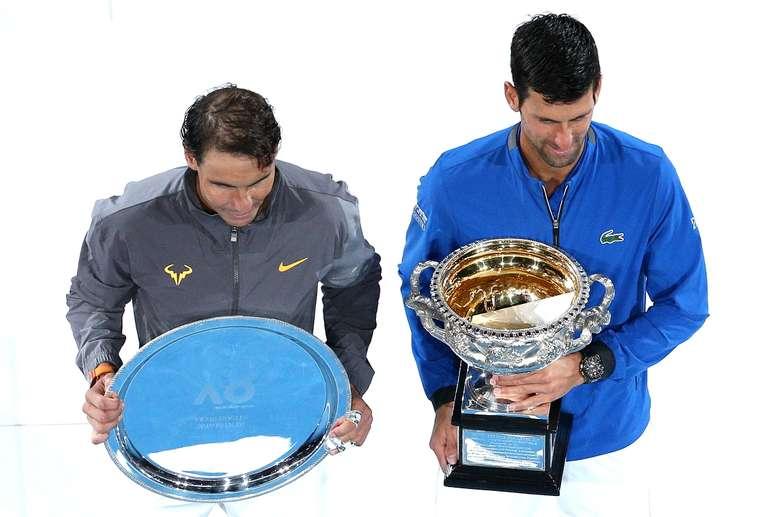 El tenista serbio Novak Djokovic (d) junto al español Rafael Nadal posan como campeón y subcampeón del Abierto de Australia, respectivamente, el pasado 27 de enero. EFE