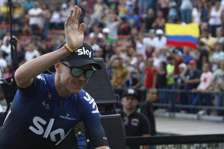 El ciclista británico Chris Froome (c), del equipo Sky, fue registrado este domingo, durante la presentación de los equipos que participarán en el Tour Colombia 2.1, en Medellín (Colombia). EFE