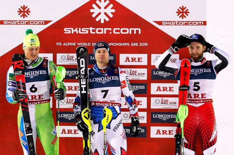 (De izq a der) El segundo clasificado, el eslovaco Stefan Hadalin; el primer clasificado, el francés Alexis Pinturault; y el tercer clasificado, el austriaco Marco Schwarz, posan en el podio tras la prueba de descenso combinado, válida para la Copa del Mundo de esquí alpino, este lunes en Are (Suecia). EFE