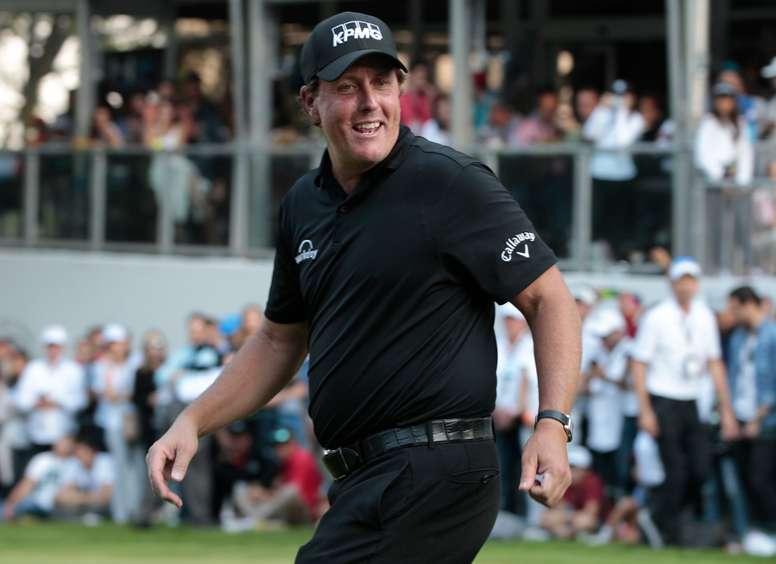 En la imagen un registro del golfista estadounidense Phil Mickelson, quien logró su cuadragésima cuarta victoria en el PGA Tour. EFE/Archivo