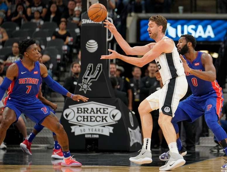 Pau Gasol (2d) de San Antonio Spurs disputa un balón con Stanley Johnson (i) y Andre Drummond (d) de Detroit Pistons durante un partido de pretemporada de la NBA. EFE/Archivo