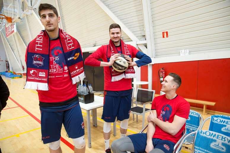 Los jugadores del Baskonia; Ajdin Penava, Miguel González y Tadas Sedekersis (de i a d), durante la jornada de atención a los medios que el club dedica este martes, en vísperas de la Copa del Rey que se disputará a partir del próximo día 14 en Madrid. EFE
