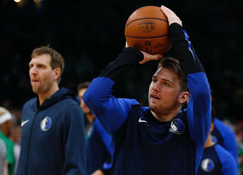 Los jugadores de los Mavericks de Dallas Luka Doncic (d) y Dirk Nowitzki (i) calientan antes de un partido. EFE