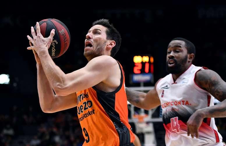 El base belga del Valencia Basket Sam Van Rossom (i). EFE/Archivo