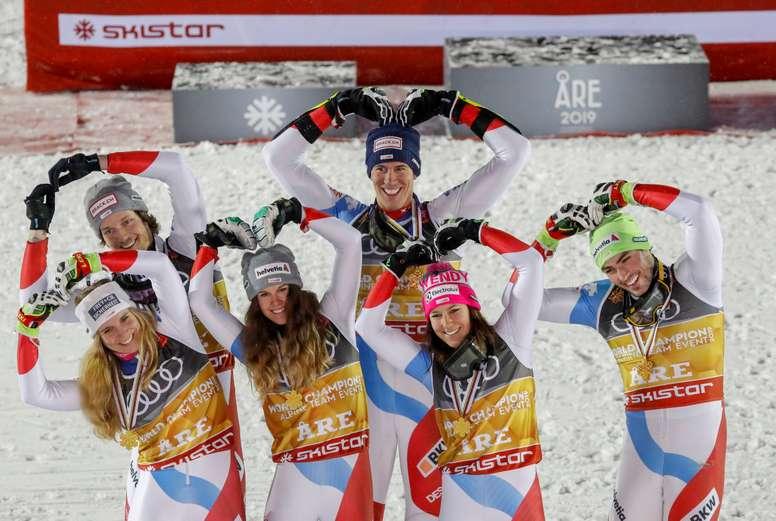 Los esquiadores de la selección de Suiza celebran tras vencer en la final de la prueba de descenso por equipos, válida para la Copa del Mundo de esquí alpino, este martes en Are (Suecia). EFE
