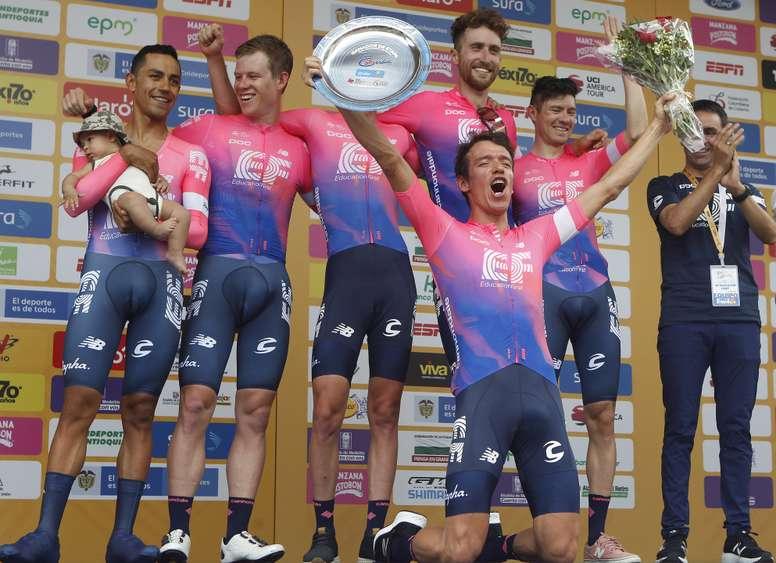 El ciclista colombiano Rigoberto Urán (c-abajo) celebra junto a los miembros de su equipo, EF Education First, al final de la primera etapa del Tour Colombia este martes, en Medellín (Colombia). EFE