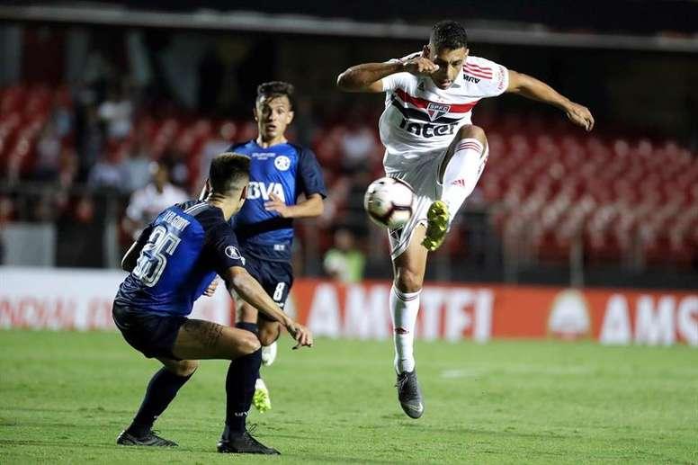 El jugador Diego Souza (d) de Sao Paulo disputa el balón con Leonardo Godoy (i) de Talleres de Argentina hoy, miércoles 13 de febrero de 2019, durante un partido de vuelta por la Copa Libertadores en el Estadio Morumbi en Sao Paulo (Brasil). EFE