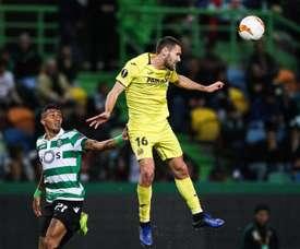 Raphinha observa adversário do Villarreal pela Liga Europa. EFE
