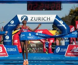 La atleta etíope Gutemi Shone Imana entra en meta como vencedora en la categoría femenina de la XXXV edición del Maratón Ciudad de Sevilla. EFE