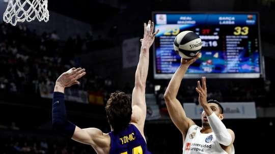 El jugador del Real Madrid Gustavo Ayón (d) lanza ante Ante Tomic, del Barcelona Lassa, durante la final de la Copa del Rey de baloncesto que se disputó este domingo en el WiZink Center, en Madrid. EFE