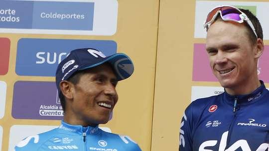 El ciclista colombiano Nairo Quintana (i) del Movistar Team habla con el británico Chris Froome (d) del Team Sky luego de que Quintana ganara la última etapa del Tour Colombia. 2.1 este domingo, en Medellín (Colombia). EFE
