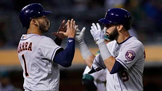 Marwin Gonzalez (d) de los Astros de Houston juntoa Carlos Correa (i). EFE/Archivo
