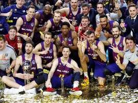 Los jugadores del Barcelona Lassa posan con el trofeo, tras vencer al Real Madrid en la final de la Copa del Rey de baloncesto disputada este domingo en el WiZink Center. EFE