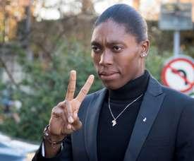 La atleta sudafricana Caster Semenya, doble campeona olímpica de 800 metros, a su llegada, este lunes, al Tribunal de Arbitraje Deportivo (TAS) en Lausana (Suiza), el primer día de la vista de su apelación contra la nueva normativa que limita el nivel de testosterona. EFE