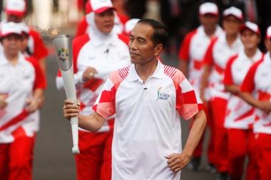 El presidente indonesio, Joko Widodo, porta la antorcha de los Juegos Asiáticos 2018 en Yakarta (Indonesia). EFE/Archivo