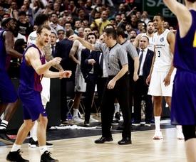 Los árbitros dan la victoria al Barça Lassa en la final de Copa que jugaron el pasado domingo Real Madrid y Barcelona. EFE/Archivo