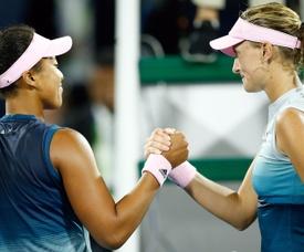 La tenista japonesa Naomi Osaka (i) estrecha la mano de la francesa Kristina Mladenovic (d) tras su partido de segunda ronda del torneo de Dubái, que se celebra este martes en Dubái (Emiratos Árabes Unidos). EFE