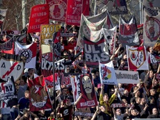 Las banderas pertenecían a los aficionados del Atlético. EFE