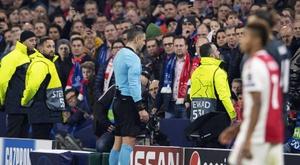 A decisão da UEFA de explicar as decisões do VAR nas redes sociais será pontual. AFP