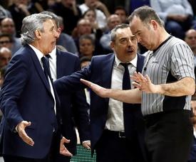El entrenador del Barcelona Lassa, Svetislav Pesic (i), conversa con uno de los colegiados durante la final de la Copa del Rey de baloncesto ante el Real Madrid en el WiZink Center. EFE/Archivo