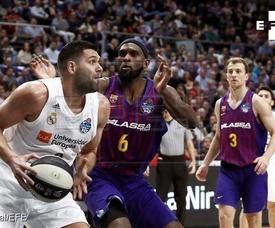 El jugador del Real Madrid Felipe Reyes (i) juega una pelota ante Chris Singleton (c), del Barcelona Lassa, durante la final de la Copa del Rey de baloncesto en el WiZink Center, en Madrid. EFE