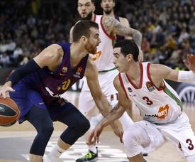El alero del FC Barcelona Lassa, Victor Claver (i), con el balón ante el base argentino del Kirolbet Baskonia, Luca Vildoza, durante el encuentro correspondiente a la fase regular de Euroliga disputado esta noche en el Palau Blaugrana de Barcelona. EFE/ Andreu Dalmau.