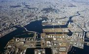 Fotografía aérea facilitada por la Oficina Portuaria del Gobierno del Área Metropolitano de Tokio de las islas artificiales en la bahía de la ciudad, que concentran la mayor parte de las sedes para los Juegos Olímpicos de 2020, y que también son protagonistas de la expansión urbanística de la capital. EFE
