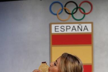 Lydia Valentín posa esta mañana tras recibir en el Comité Olípico Español la medalla de oro por descalificación de las tres primeras clasificadas, dopadas todas, y una vez agotados los largos plazos para que las deportistas implicadas, sus federaciones y sus comités olímpicos testificasen, recurriesen, acatasen las sanciones, corrigiesen los resultados y reasignasen las medallas. EFE