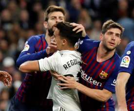 Reguilon with Pique and Sergi Roberto in the league game in Madrid. EFE