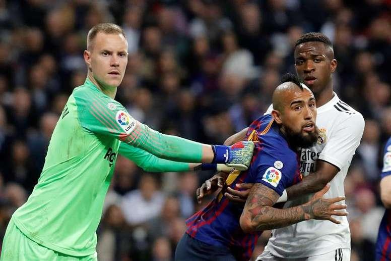 Arturo Vidal podría salir del Camp Nou. EFE