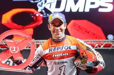 El piloto Toni Bou el pasado mes de febrero tras proclamarse vencedor en la cuarta prueba del campeonato del mundo de X-Trial en el Palacio de Deportes de Granada. EFE/Archivo