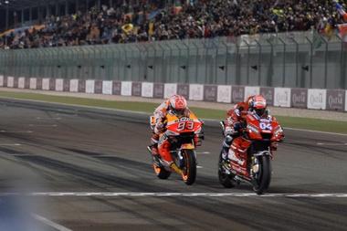 El piloto italiano de MotoGP Andrea Dovizioso, del Mission Winnow Ducati, cruza la meta en primera posición en el circuito internacional de Losail, Doha, Catar. EFE/EPA