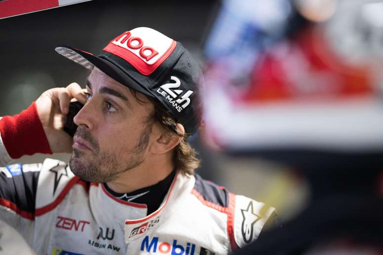 Fotografía cedida por Toyota Gazoo Racing donde aperece el doble campeón del mundo de Fórmula Uno, el español Fernando Alonso, mientras habla por teléfono durante un entrenamiento en el circuito de Sebring en Florida (EE.UU.). EFE