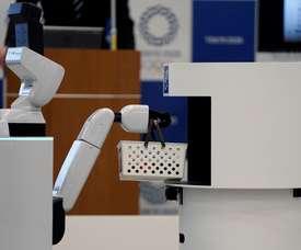 Se presentan el Robot de Apoyo Humano (i) de Toyota Motor y el Robot de Soporte de Entrega, durante un evento de prensa este viernes en Tokio (Japón). Tokio 2020 anunció el lanzamiento de su nuevo Proyecto de robot Tokio 2020, con robots que se desplegarán durante los Juegos Olímpicos para ayudar a los espectadores y miembros del personal. EFE