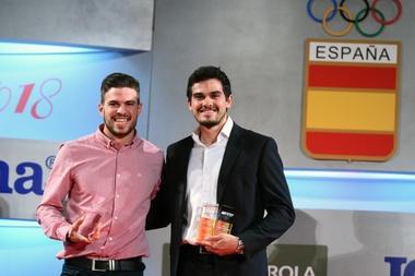 El actual subcampeón de Europa en pista cubierta de 400m? y 4x400m Óscar Husillos (d), y el atleta Bruno Hortelano posan con sus galardón durante la Gala del Atletismo Español, esta mañana en Madrid.- EFE