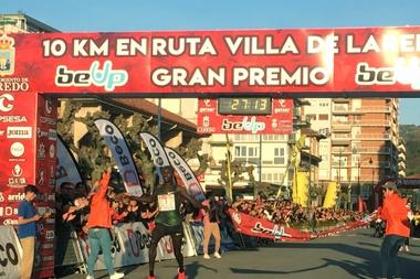 El atleta ugandés Stephen Kissa se impone vencedor este sábado en la decimoséptima edición de la carrera 10 Km en ruta Villa de Laredo con un tiempo de 27:13, que supone la mejor marca mundial de la temporada nuevo récord de la prueba cántabra que poseía el keniano Micah Kogo (27:29) desde 2010.EFE