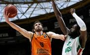 El base del Valencia Basket Guillén Vives (i) encesta ante Maurice Ndour, del Unics Kazan durante el partido de semifinales de la Eurocopa que disputaron en Valencia.EFE