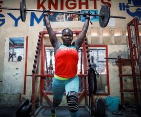 Mercy Obiero practica levantamiento de pesas este miércoles, en un gimnasio de Eastleigh, Nairobi (Kenia). EFE
