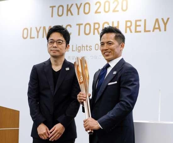 Tokujin Yaoshioka (izq), diseñador jefe de la antorcha olímpica de los Juegos de Tokio 2020, y Tadahiro Nomura (dcha), tricampeón olímpico de judo, posan durante la ceremonia de presentación de la antorcha este miércoles en Tokio (Japón), un año antes de la llegada de la llama olímpica al país. EFE