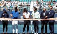 (De izq a der) La tenista japonesa Naomi Osaka, el tenista serbio Novak Djokovic, la tenista estadounidense Serena Williams, el tenista suizo Roger Federer, el propietario de los Miami Dolphins Stephen Ross y el presidente de la compañía IMG, dueña del torneo, Mark Shapiro, cortan la cinta que inaugura oficialmente el torneo Abierto de Miami, este miércoles en el estadio Hard Rock de Miami (Estados Unidos). EFE