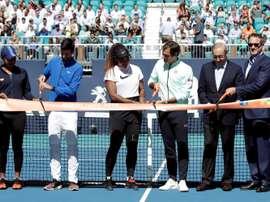 (De izq a der) La tenista japonesa Naomi Osaka, el tenista serbio Novak Djokovic, la tenista estadounidense Serena Williams, el tenista suizo Roger Federer, el propietario de los Miami Dolphins Stephen Ross y el presidente de la compañía IMG, dueña del torneo, Mark Shapiro, cortan la cinta que inaugura oficialmente el torneo Abierto de Miami, en el estadio Hard Rock de Miami (Estados Unidos). EFE